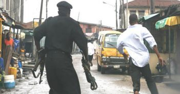 See what happened to suspected Phone Thief who Beats Policeman to pulp to get his phone